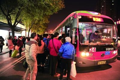 5日18:20,螃蟹岬公交车站,一辆34路公交车进站,等候多时的乘客一拥而上。