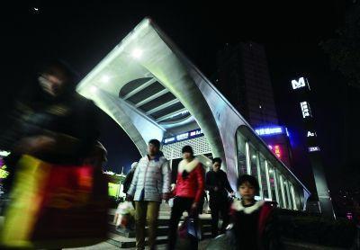 从螃蟹岬地铁站A2出口出来后,步行100米左右,就可到螃蟹岬公交车站。本版摄影 记者史伟