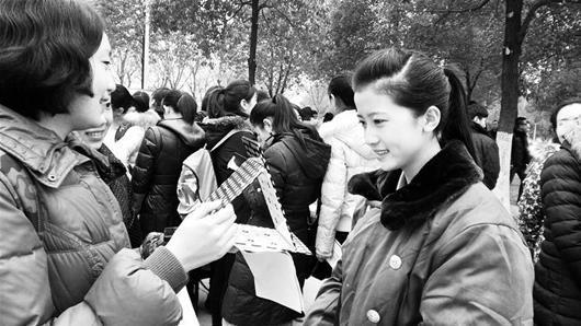 楚天金报讯 图为:艺考生正对镜化妆 (记者刘辉摄)