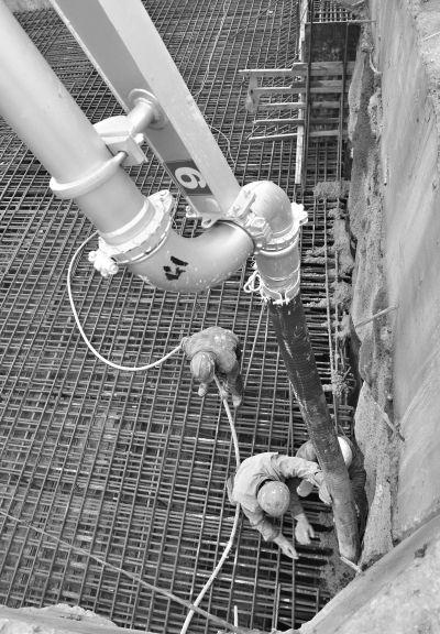 昨日,地铁3号线王家湾站施工现场,工人正在浇筑侧墙和顶盖