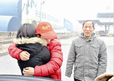 """图为:昨日,张勇与姐姐重逢并拥抱在一起。右一为""""全国道德模范""""吴天祥"""