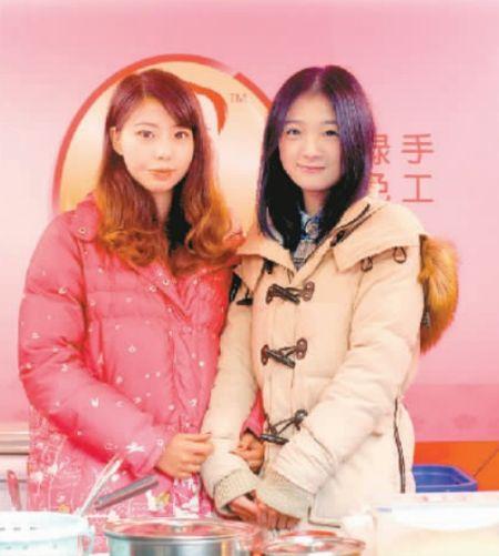 冰粉西施(右)和妹妹在小店里