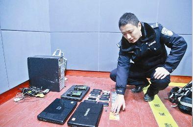 图为:警方展示查获的作案工具