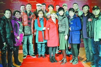 老同学相聚一片温馨 图/记者熊波-徐帆回汉揭幕蜡像 谈春晚称已做好挨