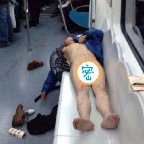 男子列车内赤身裸体被拘