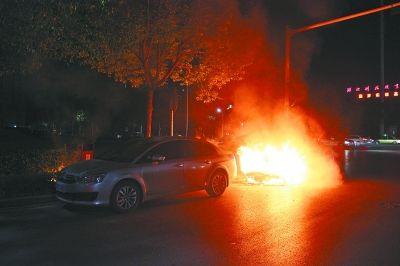 图为轿车起火燃烧现场。