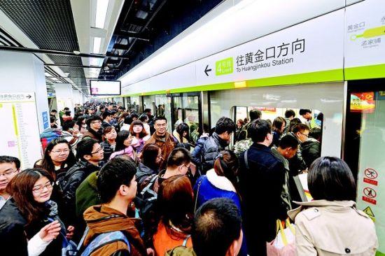 图为:昨日深夜,武汉火车站,刚下高铁的乘客陆续上地铁。(记者李溪摄)