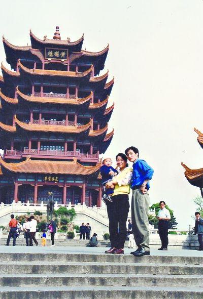 1992年8月的一天,邬传华夫妻俩抱着儿子与黄鹤楼合影。