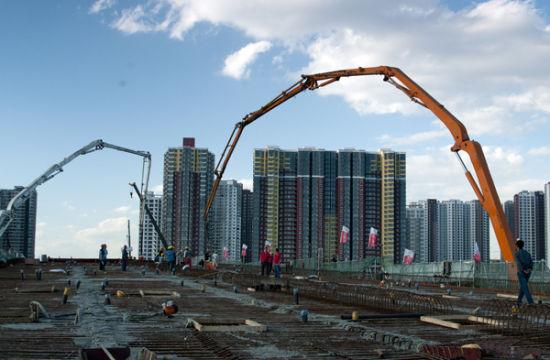 核心提示:以可持续发展和资源节约为主旨的精明增长以及城市扩张中的紧凑发展理念,应成为中国城镇化发展的战略性指导思想。   黄剑辉(国家开发银行研究院副院长)   从中国基本国情出发的新型城镇化,其新要求城镇化由过去片面注重追求城市规模扩大和空间扩张,改为以提升城市的文化、公共服务等内涵为中心,真正使城镇成为具有较高品质的适宜人居之所。   从这个意义上来讲,城镇化的核心是较低公共服务和生活水平的农村人口转移到具有优质公共服务和生活品质的城镇,而不是简单地理解为建高楼、建广场。   城镇化布局面临