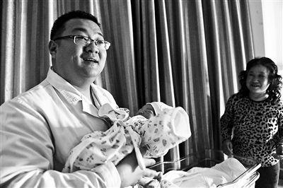 春节期间,曹大夫在病房探望新生婴儿
