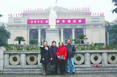 左图:昨日,王玉芳和她的三个子女再次来到武汉剧院前合影留念 郁胜文 摄