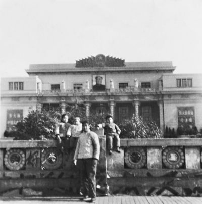 上图:1968年10月26日,王玉芳和她的三个子女一起在武汉剧院前合影 郁胜文 翻拍