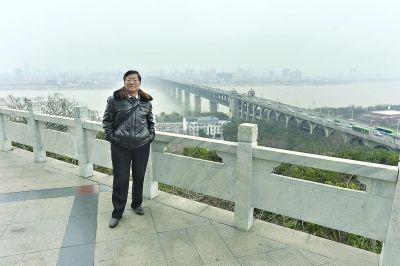 昨日,汪厚宝再次在当年拍照的同一地点留影见习记者胡冬冬 摄