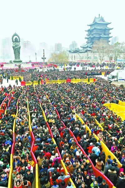 拜财神挤爆棚 昨日在汉阳归元寺,数十万市民前来给财神爷上香祭拜,场面胜过春运。 记者陈卓 摄