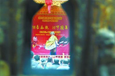 国粹进庙会 长春观新年庙会活动中举办了多场次的京剧表演,吸引了许多中老年票友观看。 龚永华 摄