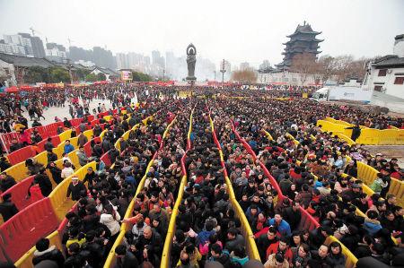 武汉数十万市民挤爆归元寺