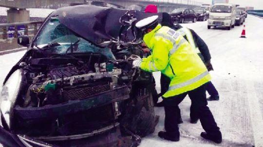 昨日,我省多条高速公路因路面结冰,事故多发。