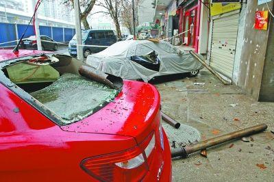 武汉临街楼房排水管坠落