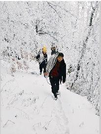 图为:维修人员冒雪抢修
