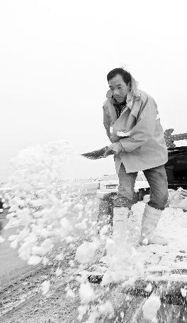 环卫人员在沙湖大桥上进行撒盐融雪工作。本报记者 傅坚 通讯员 胡虹 杨直入 高武 摄