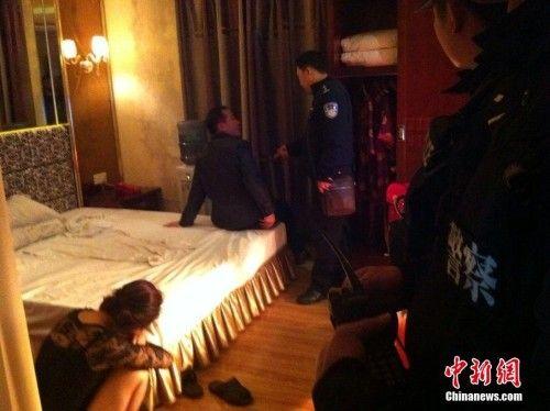 东莞旗峰路某酒店抓捕现场。李映民 摄