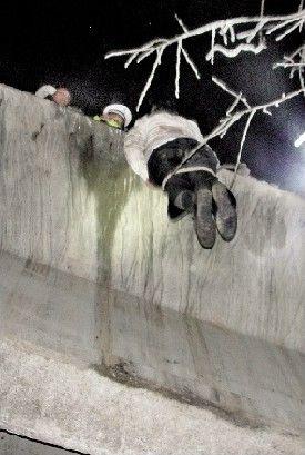 图为:坠崖乘客被拉上高速路面