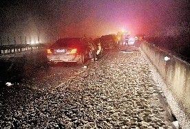 图为:事故地架空桥面积雪成冰