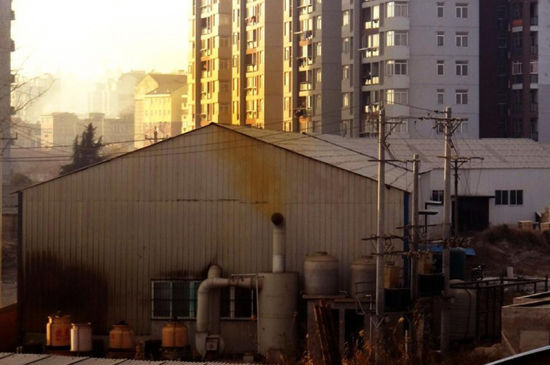 一家化工厂烟囱在冒烟。