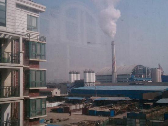 垃圾焚烧厂建在了居民聚集区,周边都是居民小区。