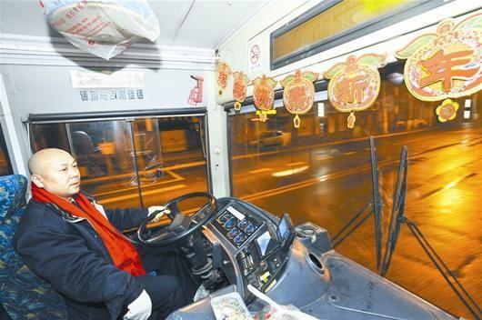 图为:开通宵公交车寂寞艰苦,但肖想平坚持了7年 (记者万多摄)