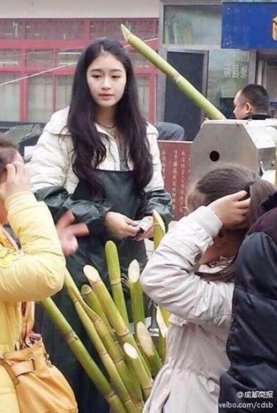 年轻女孩卖甘蔗汁(图片来自于微博)