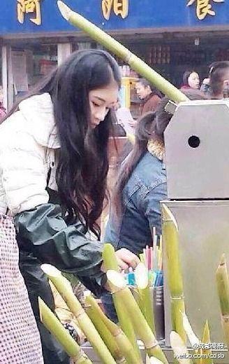 女孩正为顾客压榨甘蔗汁(图片来自于微博)