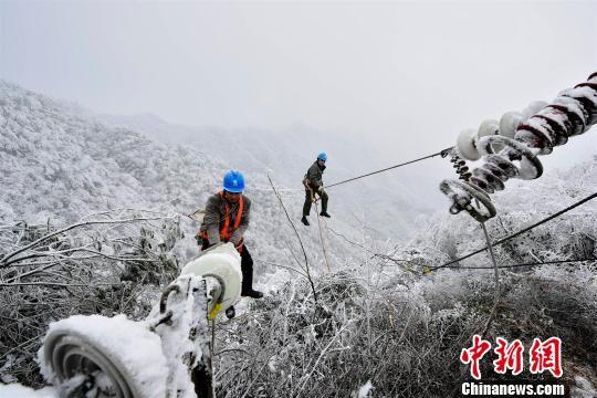 秭归电力工人抢修受损的供电设施 雷勇 摄