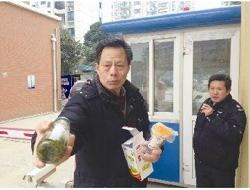 """图为:老陈拿出自己的杯子说,他不需要银行""""奖励""""的杯子。 记者张皓摄"""