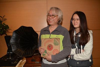 """音乐人李坤城(左)与女友林靖恩(右),是相差40岁的忘年恋人。台湾""""中央社""""图"""