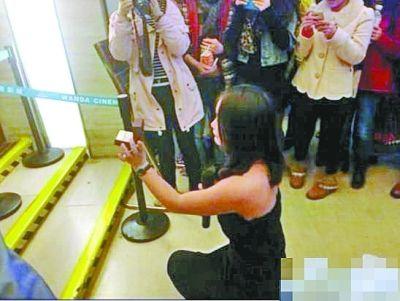女子跪地求婚