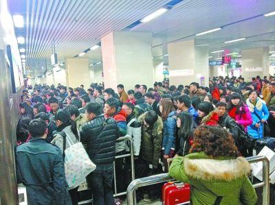 地铁2号线汉口站F出入口自助售票机前,乘客排长队等待购票。记者崔梦欣 摄