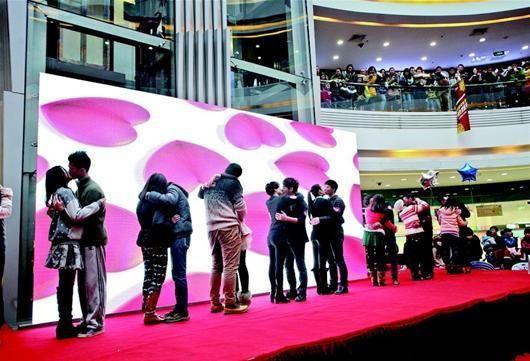 接吻大赛吸引诸多市民登台秀甜蜜