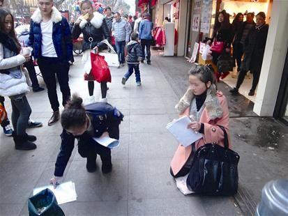19岁姑娘黄石街头扮孕妇行乞