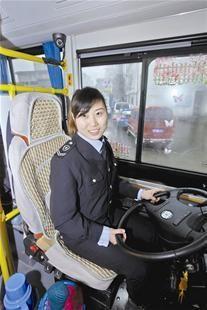 襄阳公交美女司机微笑迎乘客 网友欲组团围观