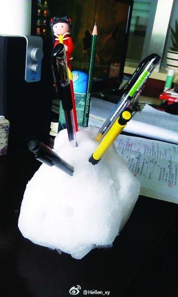 """昨天,网友""""Hellen_xy""""在其个人微博里晒了一张雪笔筒的照片。捏了一个超大的雪球,并插上了6支笔,超级大的雪笔筒就这样简单粗糙地完成了。 有网友看后感叹,这个笔筒虽然是一次性的,生命力短暂,不过这个创意太赞了。"""