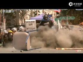 泰国警察踢开手榴弹瞬间爆炸