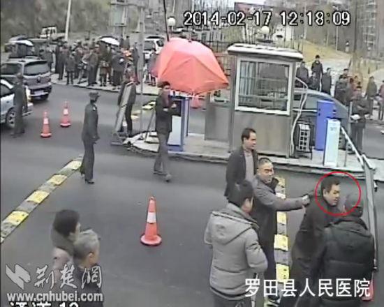 监控视频截图,红圈内为追打保安的年长男子。