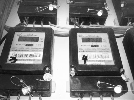 图为:两个电表读数一模一样(记者周逸雄摄)