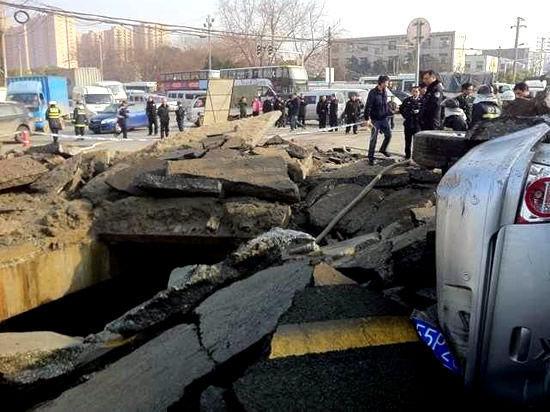 2月20日下午3时许,武汉市古田二路附近发生爆炸,路面被炸得支离破碎,几辆车被掀翻。