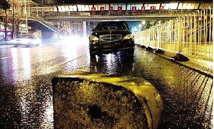 路面惊现水泥墩奔驰车迎头撞上