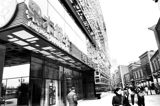 图为:位于武昌楚河汉街的湘鄂情三家门店大门紧闭