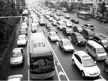 图为:解放大道香港路至循礼门路段早高峰拥堵情况