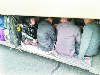 11名超员乘客躲在狭窄的大巴行李厢里 通讯员陈刚 摄