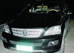 一辆低档国产某品牌小汽车被改装成高档奔驰车。